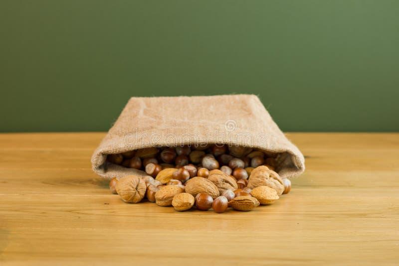 Hessian σάκος με τα μικτά καρύδια στοκ φωτογραφία