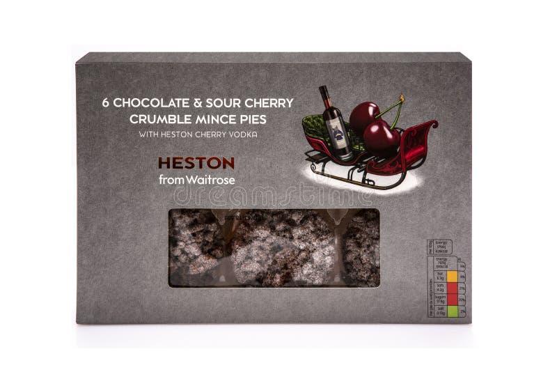 Heston van Waitrose 6 Chocolade en Zuur Cherry Crumble Mince Pies met Heston Cherry Vodka op een witte achtergrond royalty-vrije stock afbeeldingen