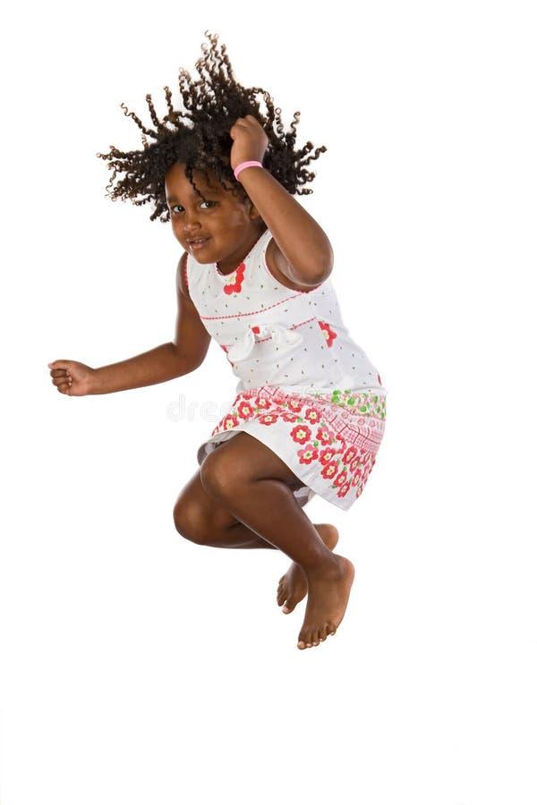 Het aanbiddelijke Afrikaanse meisje springen royalty-vrije stock afbeeldingen