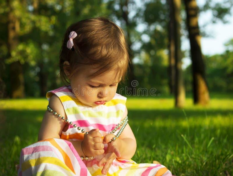 Het aanbiddelijke Babymeisje spelen met parels stock afbeelding