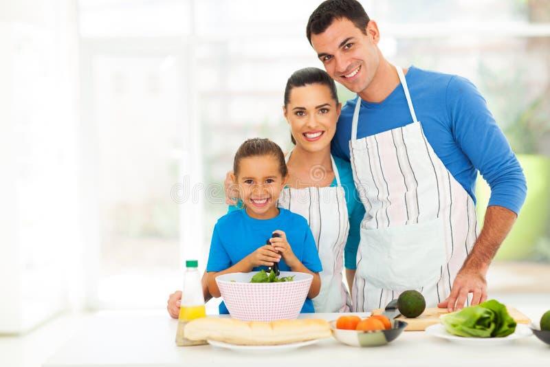 Het aanbiddelijke familie koken royalty-vrije stock afbeeldingen