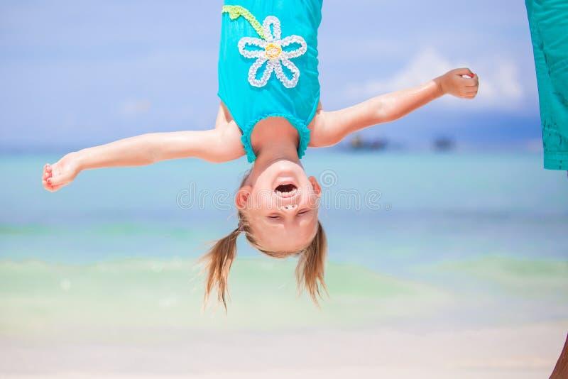 Het aanbiddelijke grappige meisje tijdens de zomervakantie heeft in openlucht pret met haar jonge vader royalty-vrije stock afbeeldingen