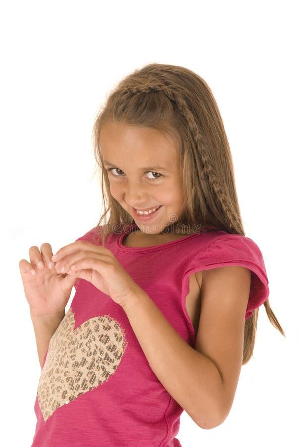 Het aanbiddelijke jonge donkerbruine meisje met gooi kijkt met haarvlecht stock foto