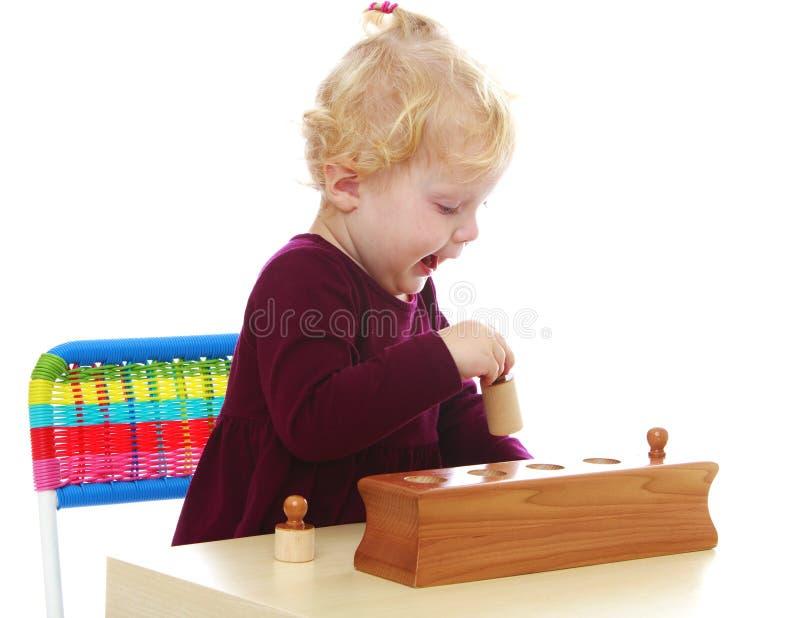 Het aanbiddelijke Kaukasische meisje spelen met stock afbeelding