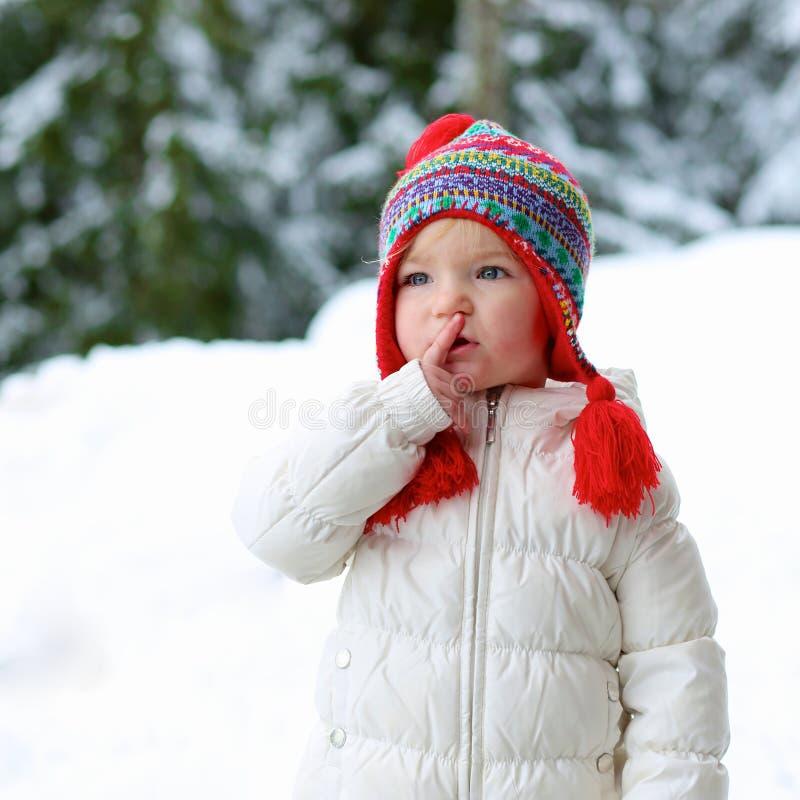 Het aanbiddelijke kleutermeisje geniet van de winter bij skitoevlucht stock foto