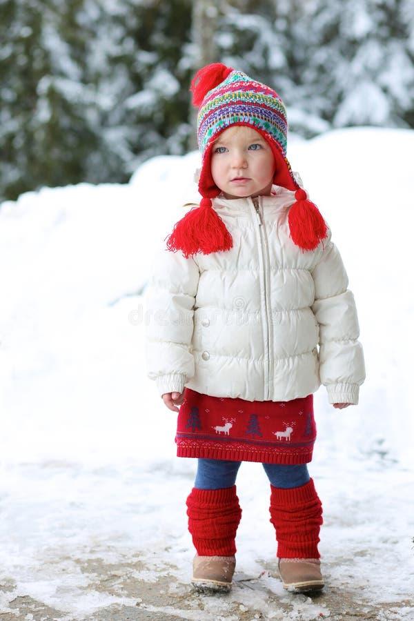 Het aanbiddelijke kleutermeisje geniet van de winter bij skitoevlucht royalty-vrije stock foto's