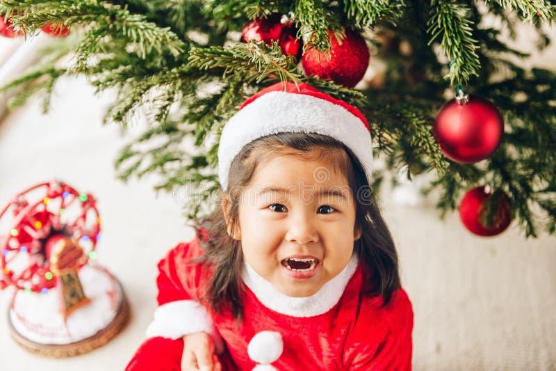 Het aanbiddelijke meisje die van de 3 éénjarigenpeuter Kerstmis van tijd genieten stock afbeeldingen