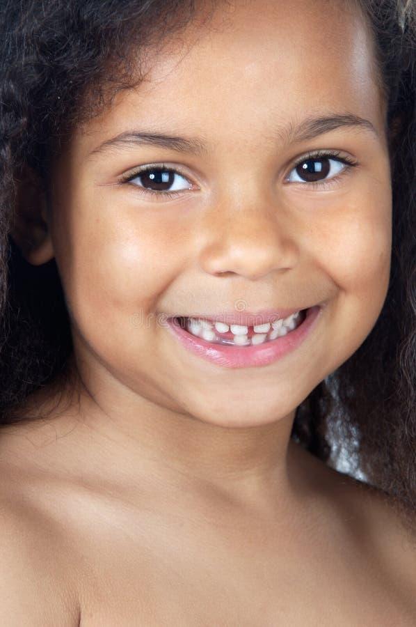 Het aanbiddelijke meisje glimlachen stock afbeeldingen