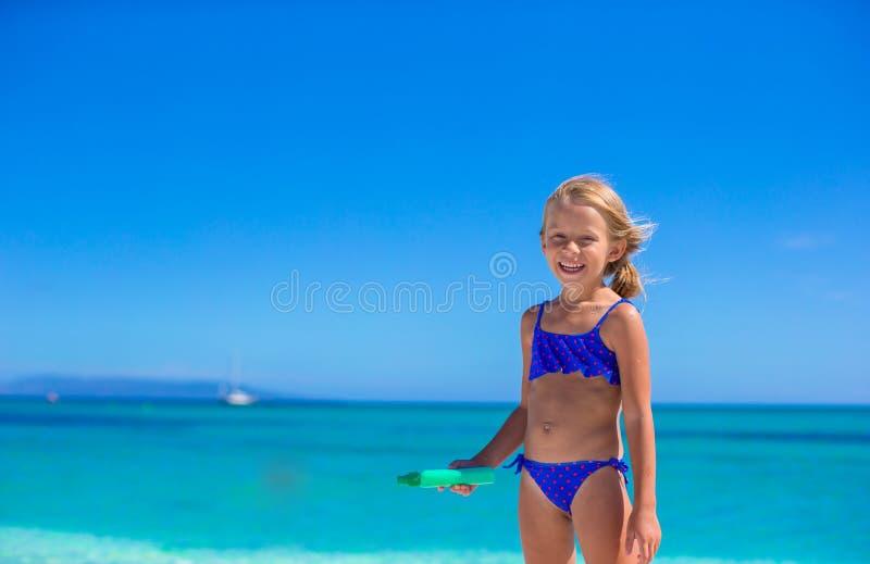 Het aanbiddelijke meisje heeft pret bij tropisch strand royalty-vrije stock afbeeldingen