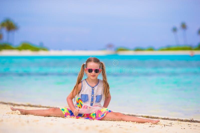 Het aanbiddelijke meisje heeft pret met lolly op stock afbeelding