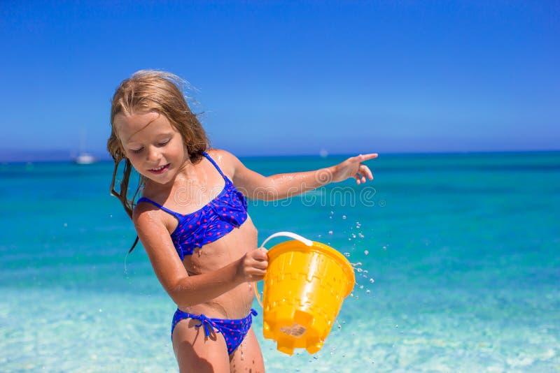 Het aanbiddelijke meisje heeft pret met strandstuk speelgoed stock foto