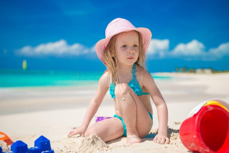 Het aanbiddelijke meisje spelen met zand op a stock fotografie