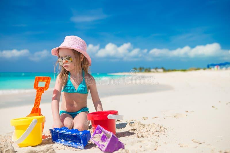 Het aanbiddelijke meisje spelen met zand op a royalty-vrije stock afbeelding