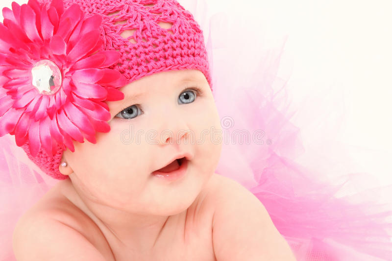 Het aanbiddelijke Meisje van de Baby in de Hoed van de Bloem stock fotografie
