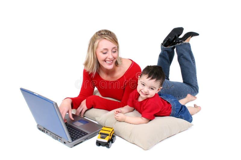Het aanbiddelijke Ogenblik van de Familie met Moeder en Zoon bij Laptop