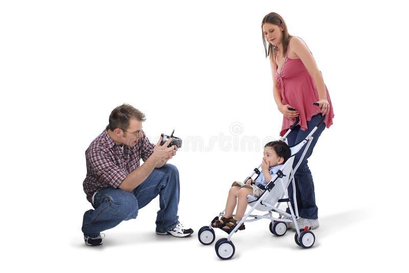Het aanbiddelijke Ogenblik van de Familie met Papa die Foto's neemt stock afbeeldingen