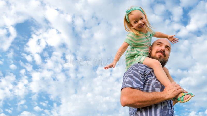 Het aanbiddelijke portret van de vaderdochter, gelukkige familie, vader` s dag royalty-vrije stock foto