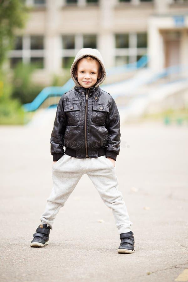Het aanbiddelijke portret van gemiddelde lengte van weinig stedelijke jongen die zwarte dragen royalty-vrije stock foto's