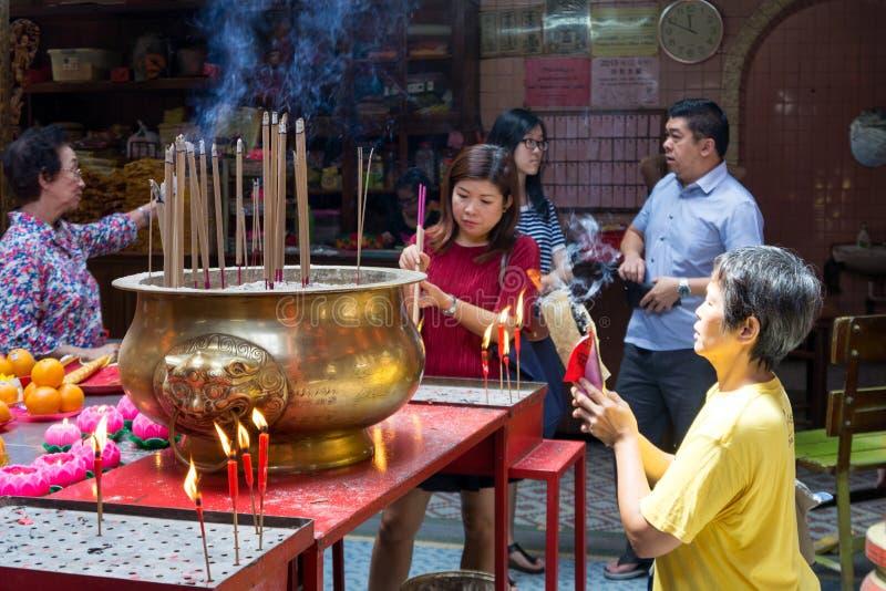 Het aanbidden bij Zonde Sze Si Ya Temple - Kuala Lumpur royalty-vrije stock foto's