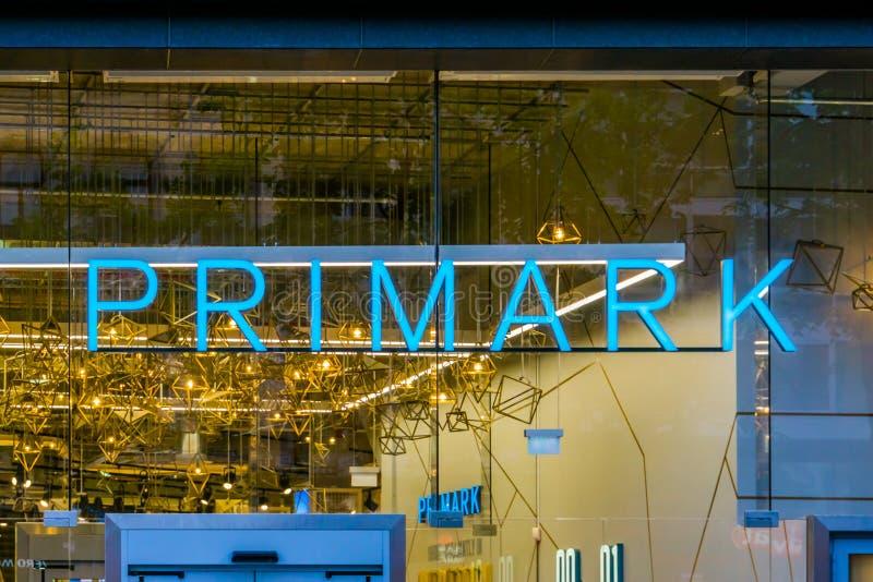 Het aangestoken primark neonteken bij het het winkelen venster, buitenkant van de primarkopslag in Antwerpen, antwerpen, België,  stock afbeelding