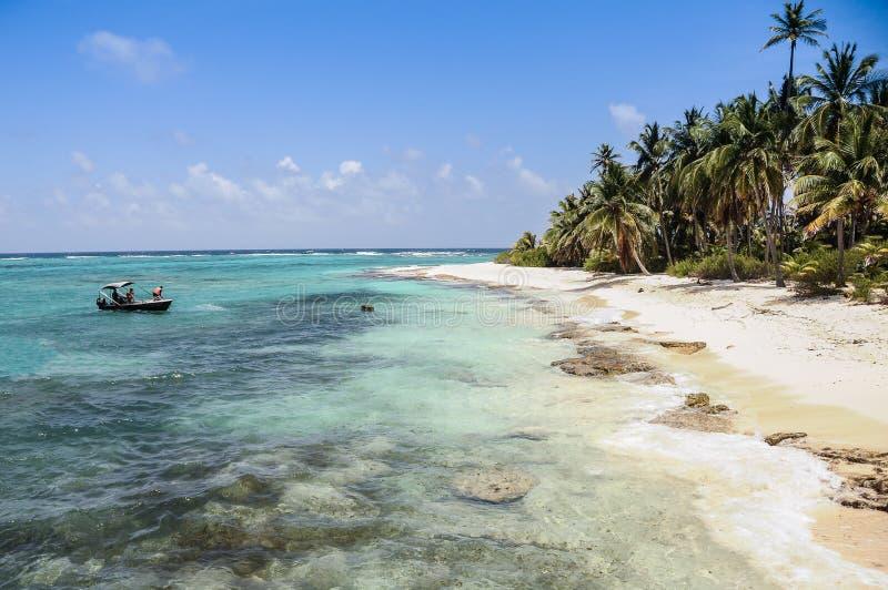 Het aankomen aan een perfect onaangeroerd wild Caraïbisch strand bij San andr royalty-vrije stock afbeeldingen