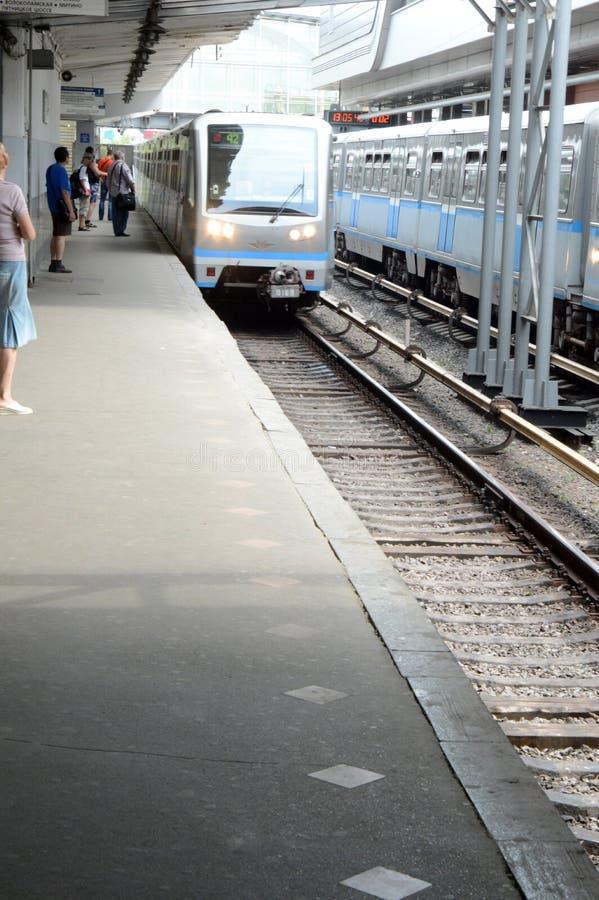 Het aankomen door trein Moskou Metro het Platform van Postkuncevo Metro Augustus royalty-vrije stock afbeeldingen