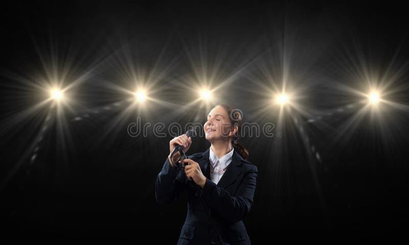 Het aankondigen van haar indrukwekkende toespraak stock foto