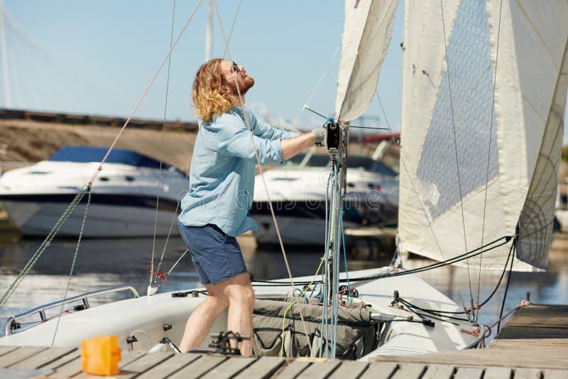 Het aanpassen zeil op boot royalty-vrije stock afbeeldingen