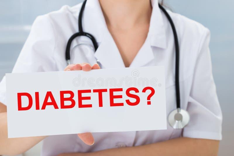 Het aanplakbiljet van de artsenholding met diabetestekst royalty-vrije stock afbeelding