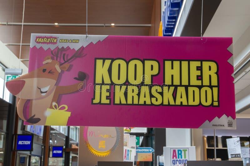 Het aanplakbord koopt Kraslot-hier Loterijkaartje bij het Nederland 2019 van Amsterdam stock afbeeldingen
