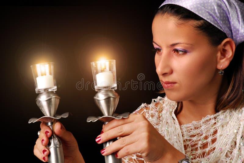 Het aansteken van de kaarsen voor Joodse Sabbat royalty-vrije stock fotografie