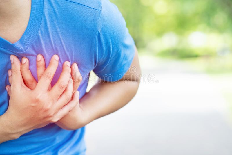 Het aanstoten van de lopende atletenmens die borstpijn heeft terwijl het uitoefenen van hartaanval openlucht Zware oefening veroo stock afbeelding