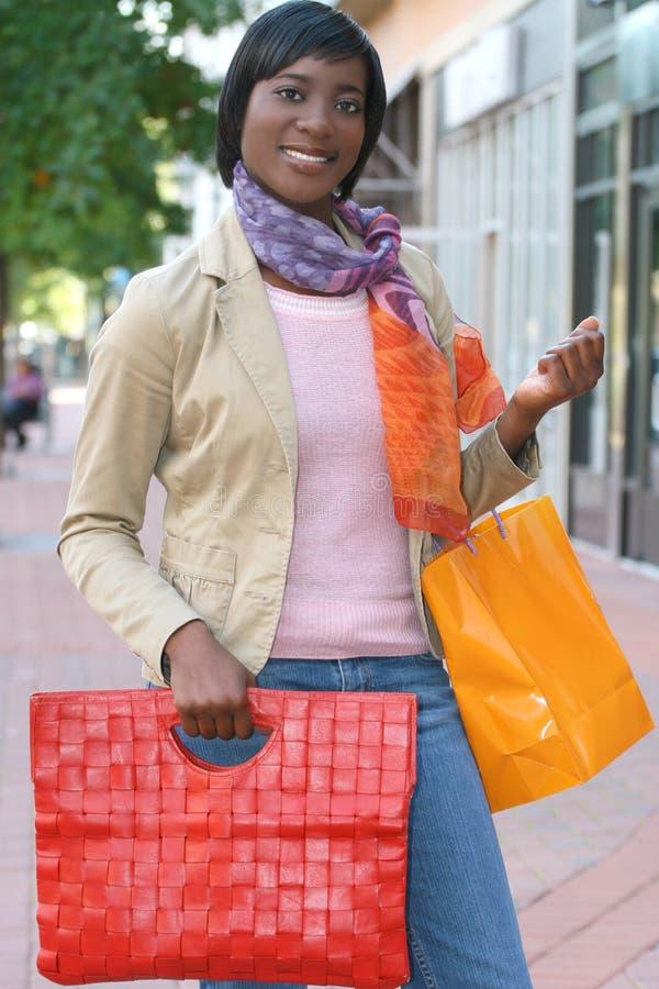 Het aantrekkelijke Afrikaanse Amerikaanse Vrouwelijke Winkelen stock afbeelding