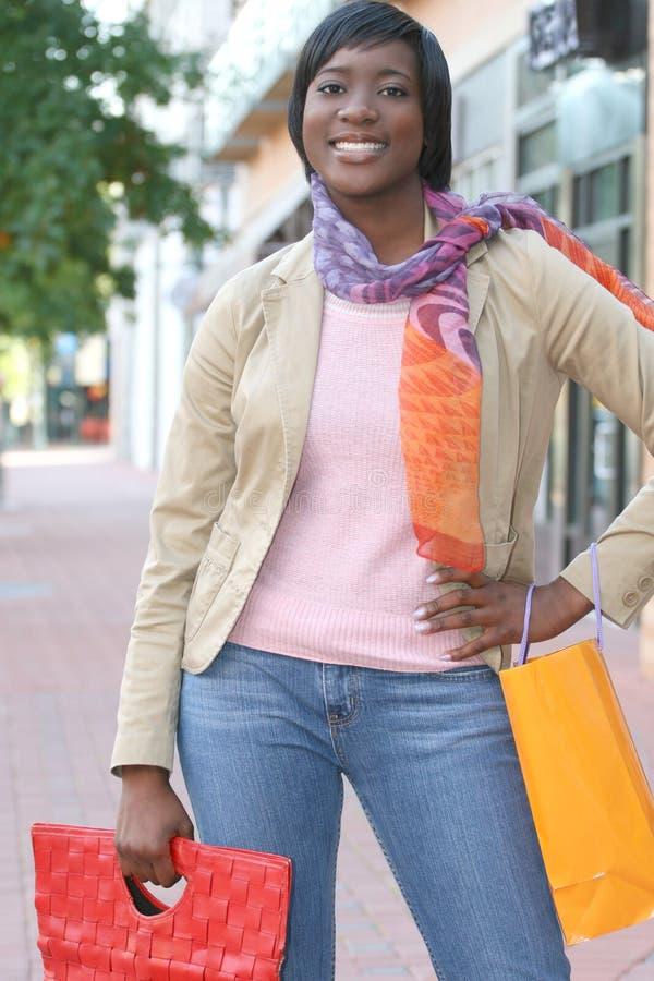 Het aantrekkelijke Afrikaanse Amerikaanse Vrouwelijke Winkelen royalty-vrije stock fotografie