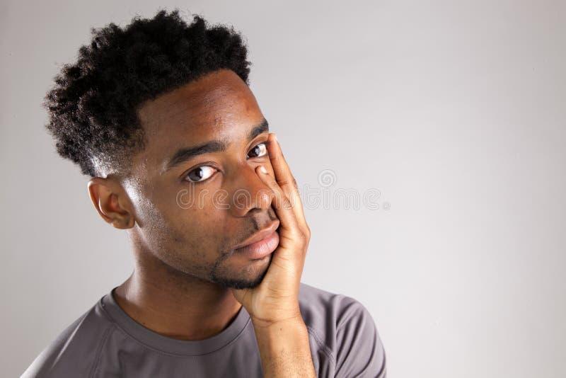 Het aantrekkelijke Afro-Amerikaanse mens stellen in studio royalty-vrije stock afbeelding