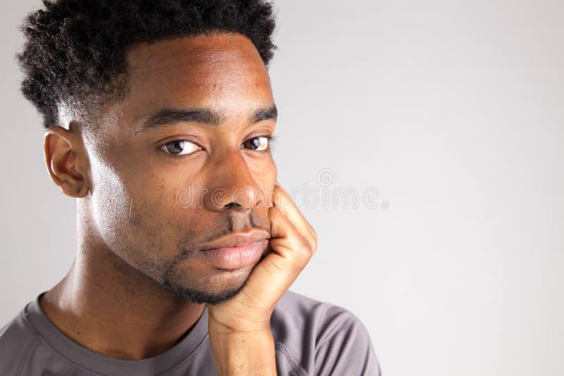 Het aantrekkelijke Afro-Amerikaanse mens stellen in studio royalty-vrije stock foto