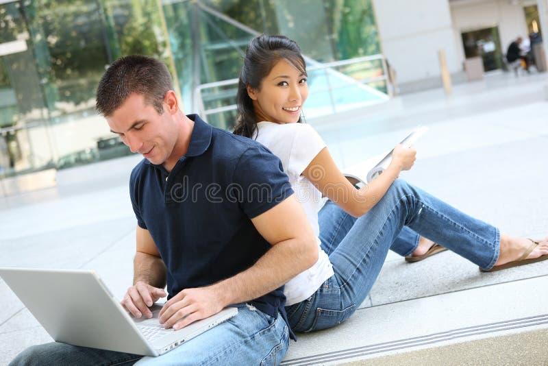 Het aantrekkelijke Bestuderen van het Paar van de Tiener stock foto's