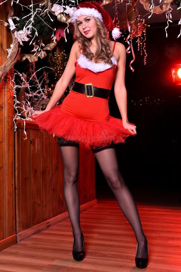 Het aantrekkelijke blonde meisje stellen als sexy Santa Helper royalty-vrije stock foto's