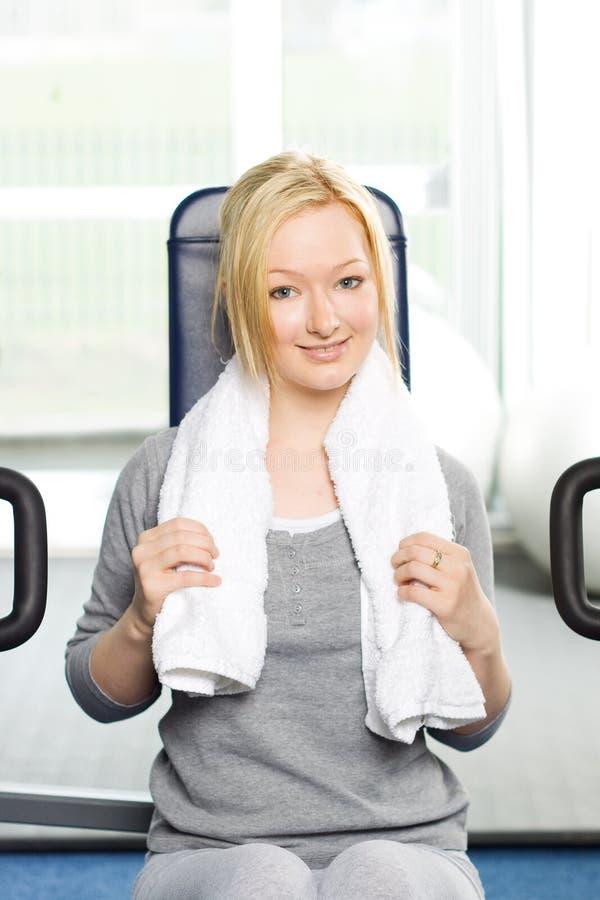 Het aantrekkelijke blonde uitoefenen in gymnastiek stock afbeelding