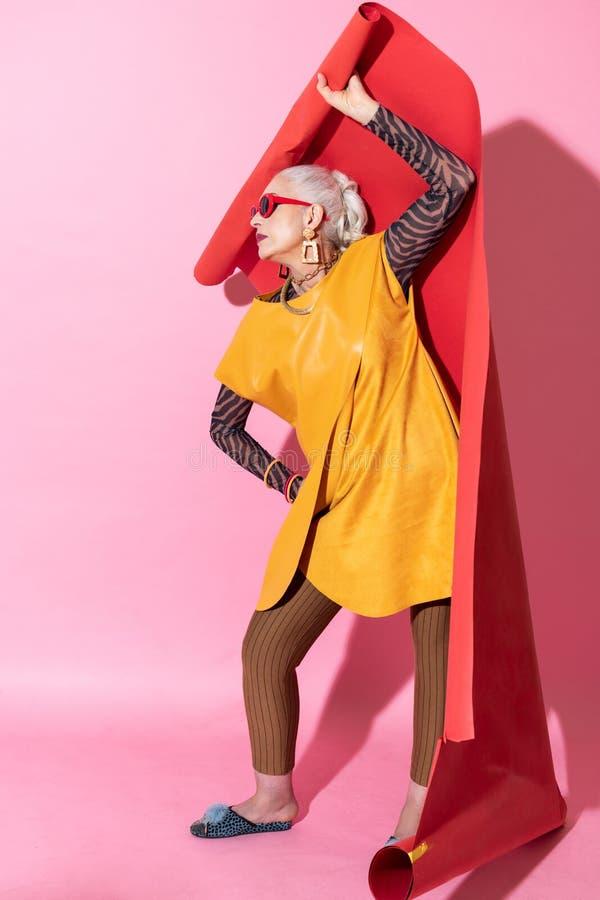 Het aantrekkelijke blondevrouw stellen op camera in studio stock afbeeldingen