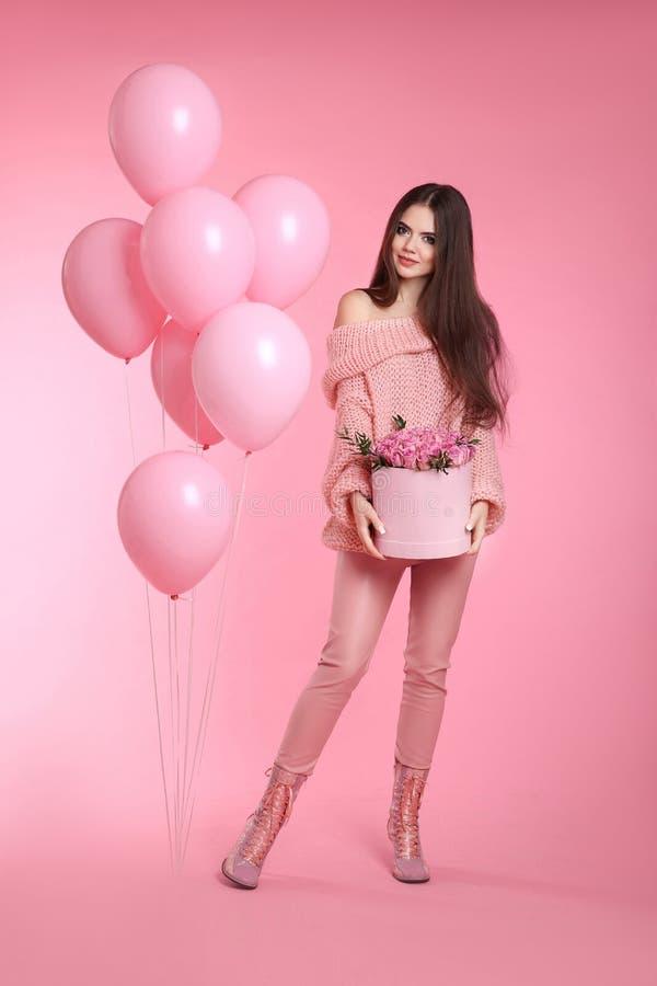 Het aantrekkelijke brunette van de liefdetiener met ballons die boeket van r houden royalty-vrije stock fotografie
