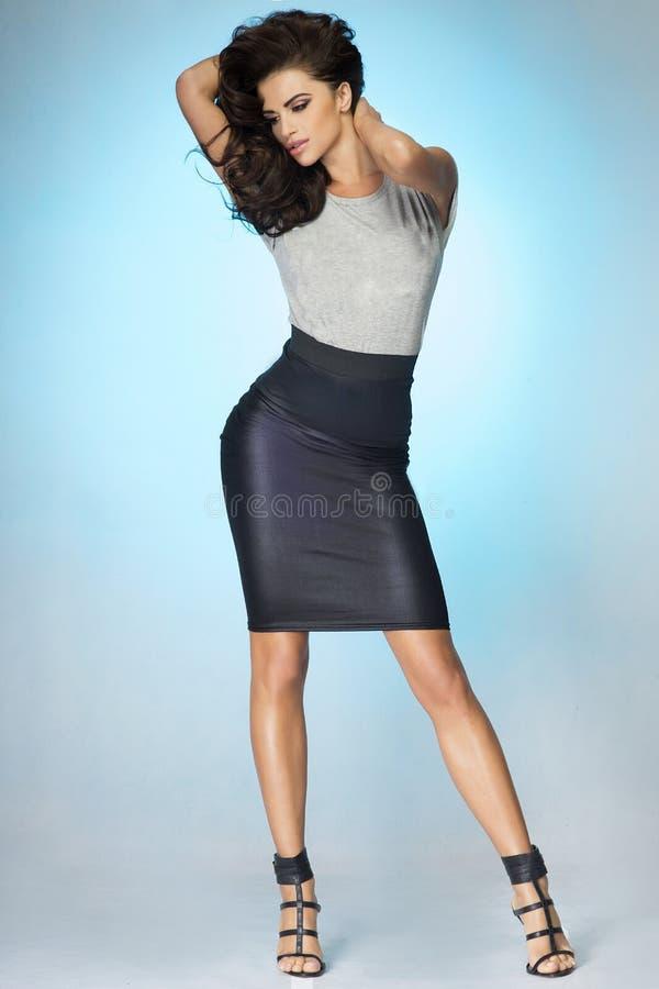 Het aantrekkelijke donkerbruine vrouw stellen in studio. royalty-vrije stock fotografie
