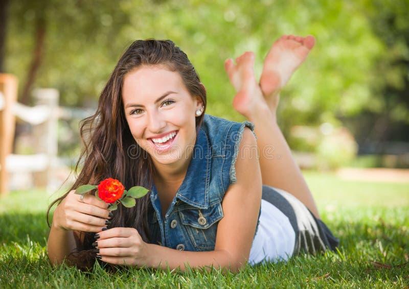 Het aantrekkelijke Gemengde Portret dat van het Meisje van het Ras in Gras in openlucht legt stock afbeeldingen