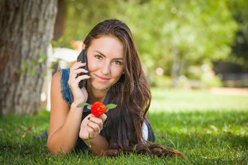 Het aantrekkelijke Gemengde Wijfje die van de Rastiener op Slimme Telefoon spreken royalty-vrije stock afbeelding