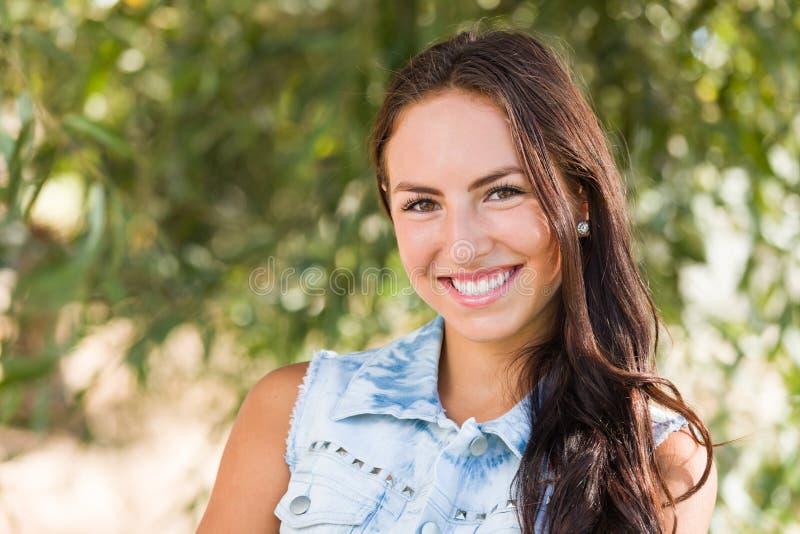 Het aantrekkelijke het glimlachen Gemengde Portret van het Meisje van het Ras in openlucht royalty-vrije stock foto's