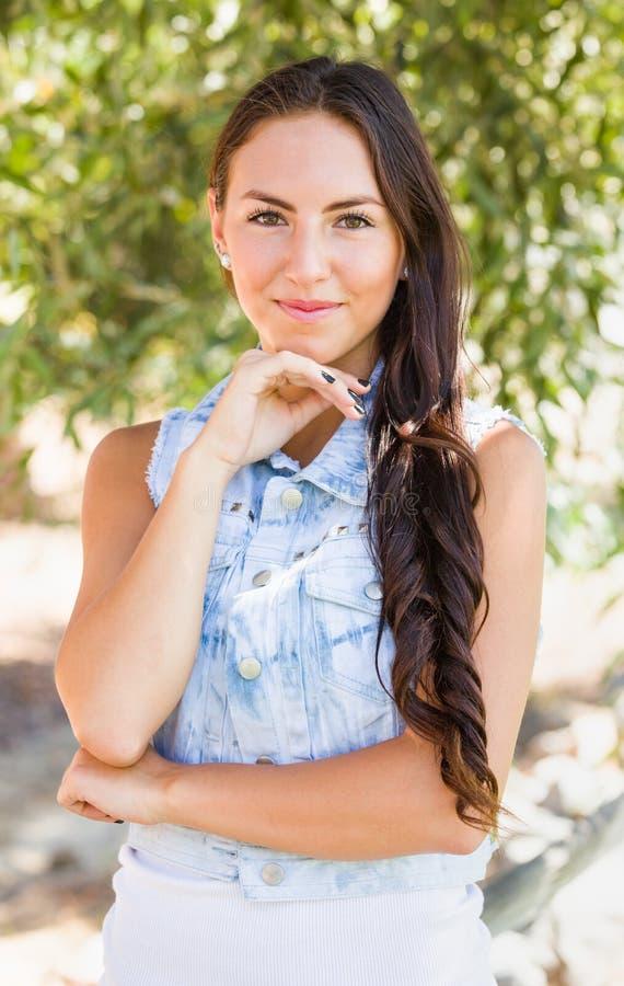 Het aantrekkelijke het glimlachen Gemengde Portret van het Meisje van het Ras in openlucht royalty-vrije stock foto