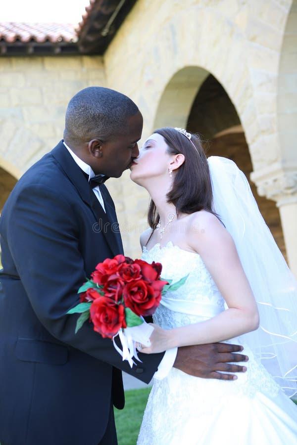 Het aantrekkelijke Interracial Kussen van het Paar van het Huwelijk royalty-vrije stock foto's