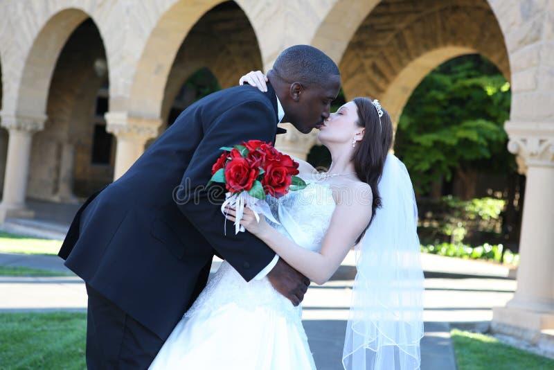 Het aantrekkelijke Interracial Kussen van het Paar van het Huwelijk royalty-vrije stock foto