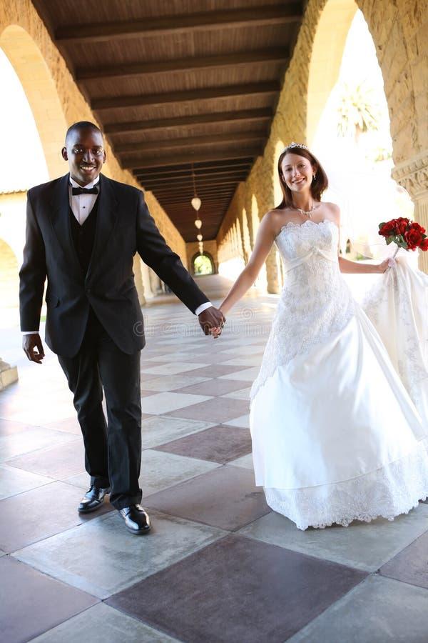 Het aantrekkelijke Interracial Paar van het Huwelijk stock foto's