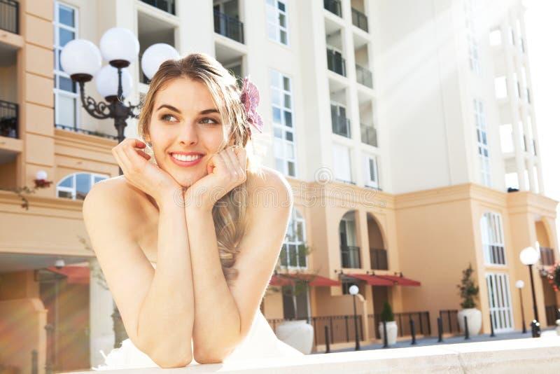 Het aantrekkelijke Jonge Glimlachen van de Vrouw royalty-vrije stock fotografie